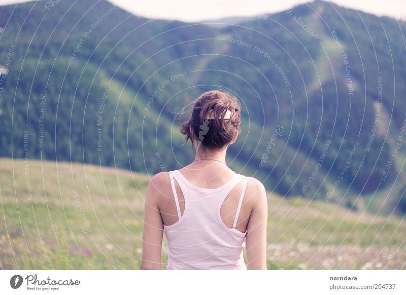Frau Mensch Natur Jugendliche Himmel grün ruhig Wald Berge u. Gebirge Freiheit Landschaft Stimmung Rücken Hemd atmen Schulter