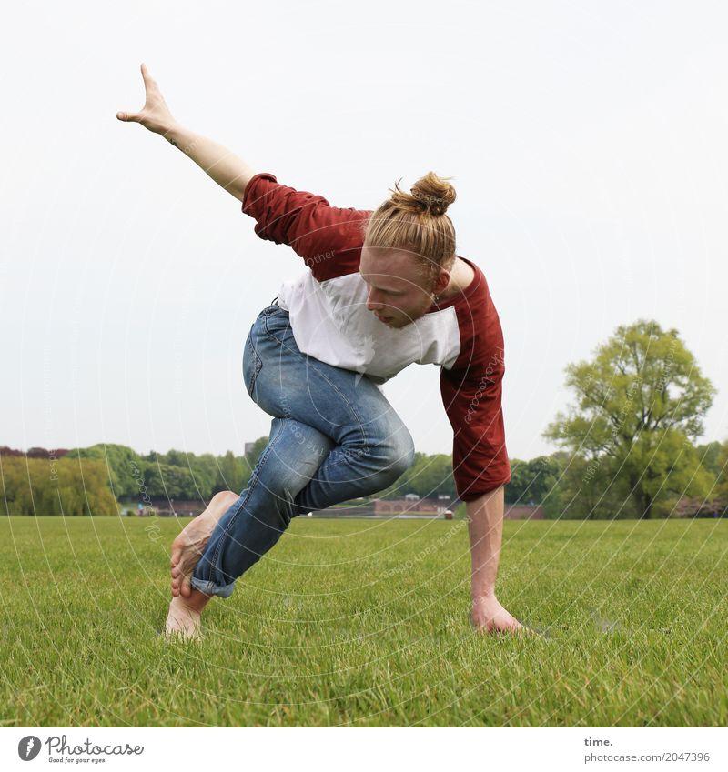 Vince Fitness Sport-Training Akrobatik Yoga maskulin Mann Erwachsene 1 Mensch Künstler Tänzer Park T-Shirt Jeanshose Barfuß Haare & Frisuren blond langhaarig