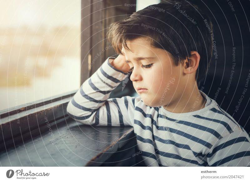 Trauriger Junge Lifestyle Mensch Kind Kleinkind Kindheit 1 3-8 Jahre Denken träumen Traurigkeit warten weinen Gefühle Stimmung Langeweile Sorge Trauer Schmerz