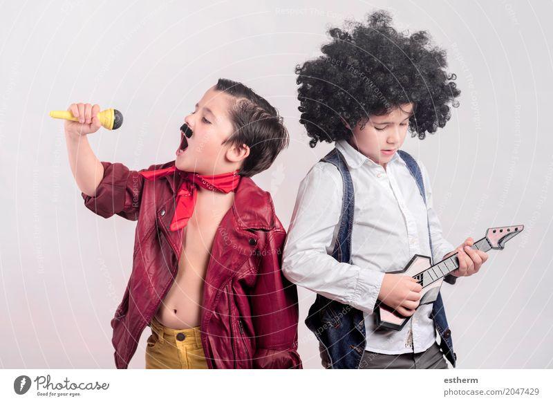 Kinder verkleidet als Rockstars Mensch Freude Lifestyle Junge Party Zusammensein Freundschaft Freizeit & Hobby Kindheit Musik Kreativität Fröhlichkeit Tanzen