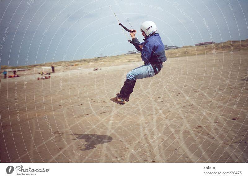 Kiter aufm Sprung Mensch Mann Meer springen See Wind fliegen Drache Kiting Surfen