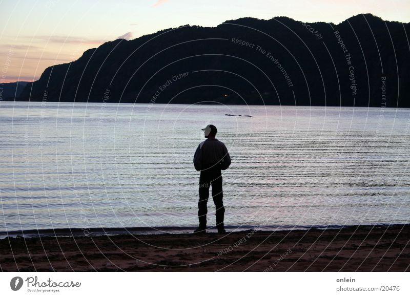 allein am Strand Mann Dämmerung Denken Abend Fjord nachdenken Wasser Sand
