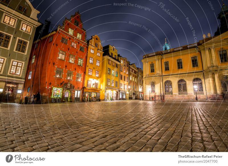 Gamla Stan Stadt Hauptstadt blau braun gelb grau rot weiß Stockholm Schweden Haus Nacht Licht Pflastersteine Tourismus Attraktion geschätzt Bekanntheit