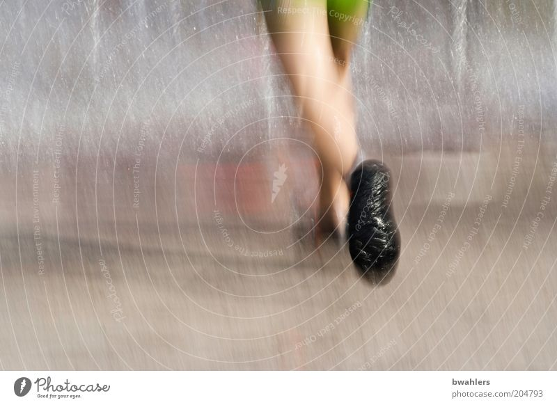 Erfrischung bei 30° Mensch Beine Fuß 1 Schuhe Wasser gehen laufen kalt nass Farbfoto Außenaufnahme Detailaufnahme Tag Unschärfe Bewegungsunschärfe rennen