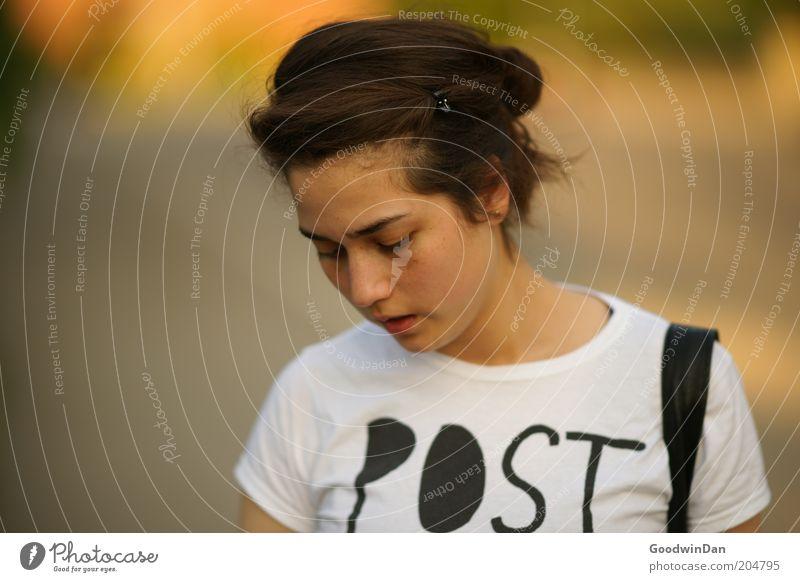 Suchend III Mensch Jugendliche schön Leben feminin Gefühle Denken Wärme Zufriedenheit Stimmung warten Erwachsene Kommunizieren nah Schriftzeichen authentisch