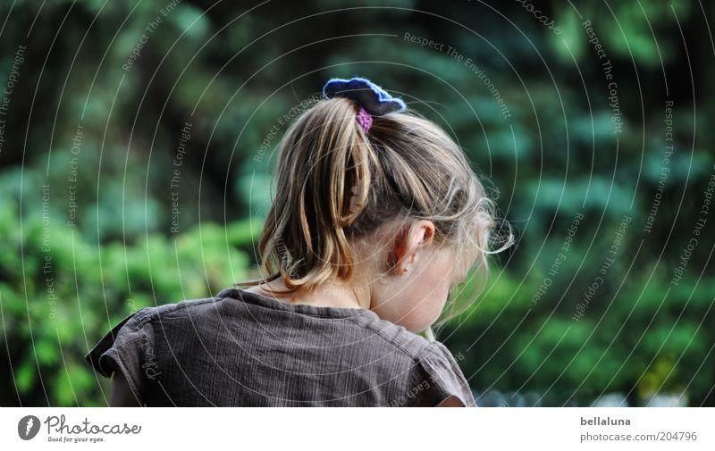 Dort unten... Mensch Kind Mädchen Kindheit Leben Kopf Haare & Frisuren Ohr Rücken 1 3-8 Jahre Umwelt Natur Pflanze Sommer Klima Wetter Schönes Wetter Stimmung