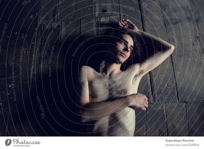 kreisel. Mensch Hand Jugendliche blau dunkel nackt Holz träumen Traurigkeit Denken braun Körper dreckig Haut Erwachsene Arme
