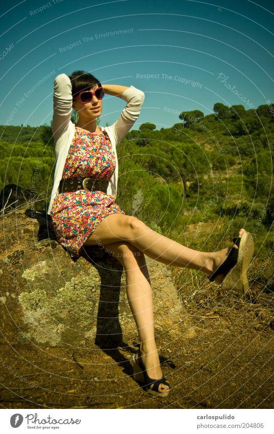 Frau Natur Baum lustig Mode Schuhe Feld sitzen elegant frisch Fröhlichkeit Bekleidung Coolness retro Beautyfotografie Kleid
