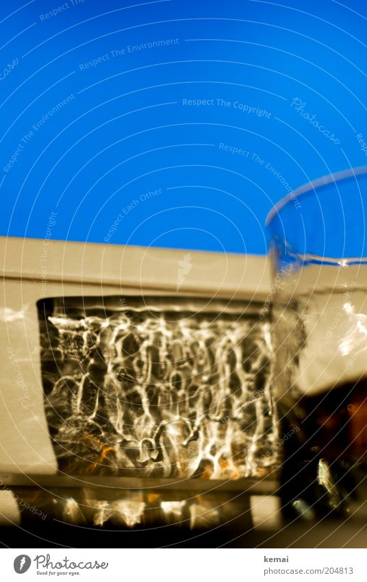 Ein Glas Whisky Himmel blau Fenster glänzend Glas Lifestyle Getränk rein leuchten Alkohol Laster Alkoholsucht Fensterbrett Spirituosen Whiskey Whiskeyglas