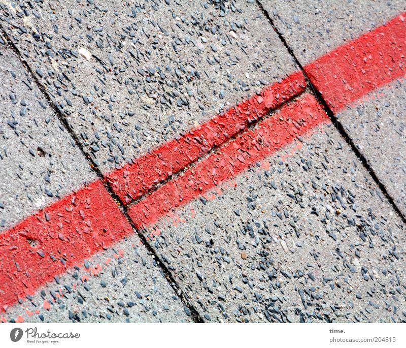Schnittstelle alt rot grau Linie Schilder & Markierungen Ecke Bodenbelag Zeichen diagonal Furche Trennung Fuge parallel gebraucht Textfreiraum