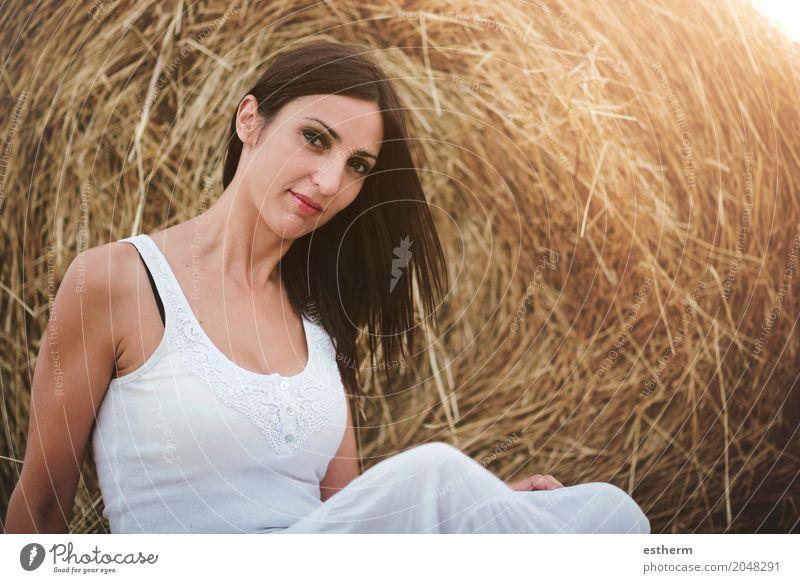 Lächelndes Mädchen, das auf dem Stroh sitzt Lifestyle elegant Stil schön Mensch feminin Junge Frau Jugendliche Erwachsene 1 30-45 Jahre Wiese Feld brünett