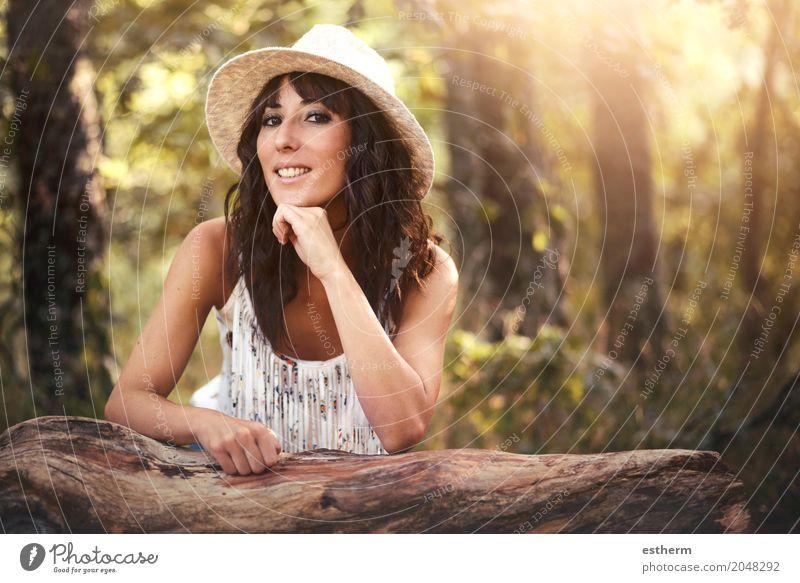 Portrait der hübschen Frau lächelnd in der Natur Lifestyle elegant schön Ferien & Urlaub & Reisen Tourismus Ausflug Abenteuer Freiheit Mensch feminin Junge Frau