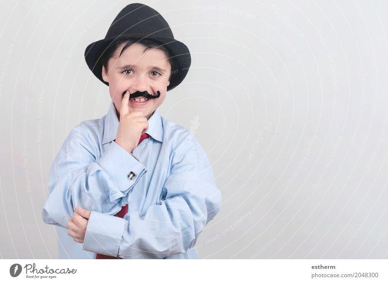 Lustiger Junge mit dem gefälschten Schnurrbart und der Bindung Mensch Kind Freude Erwachsene Lifestyle Gefühle lachen Glück Party Feste & Feiern