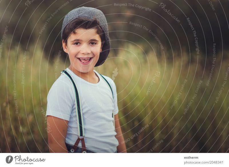 Glückliches Kind auf dem Gebiet Mensch Natur Ferien & Urlaub & Reisen Freude Lifestyle Gefühle Wiese Junge lachen Feld Kindheit Lächeln Fröhlichkeit genießen