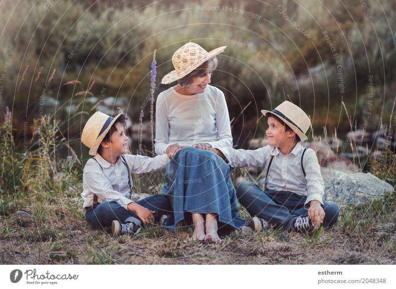 Großmutter mit ihren Enkelkindern Mensch Kind Frau Natur Ferien & Urlaub & Reisen Erwachsene Leben Lifestyle Liebe Senior Gefühle Wiese Junge lachen