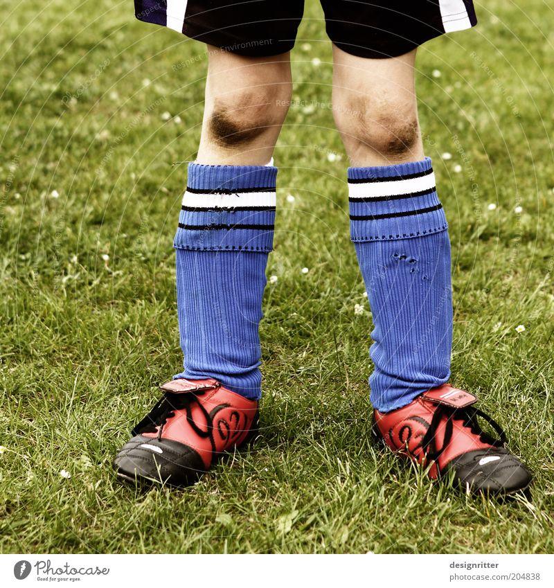 Wilde Kerle Spielen Ballsport Torwart Fußball Stulpe Schienbeinschoner Fußballplatz Fußballer Kind Junge Beine Knie Kniestrümpfe dreckig Tapferkeit