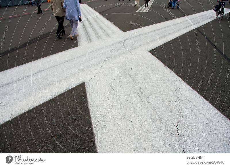 Tempelhofer Feld Mensch Berlin gehen Spaziergang Ecke Streifen Ziel Asphalt Kreuz Flughafen Geometrie unterwegs Fußgänger Landebahn kreuzen Besucher