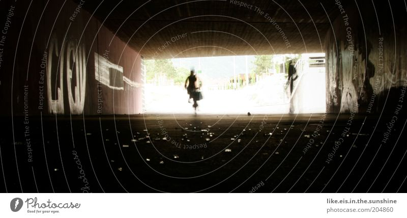 Großstadt-glitzer*** Straße Stein Graffiti glänzend Glas Beton Kitsch Tunnel Bürgersteig Verkehrswege schäbig Bewegung Wege & Pfade Fahrradfahren Scherbe Ghetto