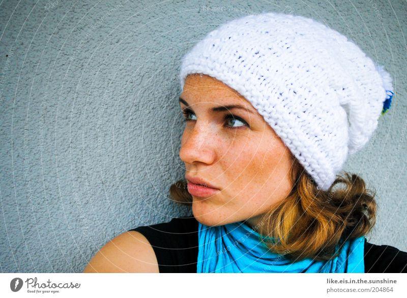 Noch nen Erdbeerkuchen, Schatz? Flirten feminin Junge Frau Jugendliche Erwachsene Kopf Haare & Frisuren Gesicht 18-30 Jahre Winter Schal Halstuch Mütze brünett