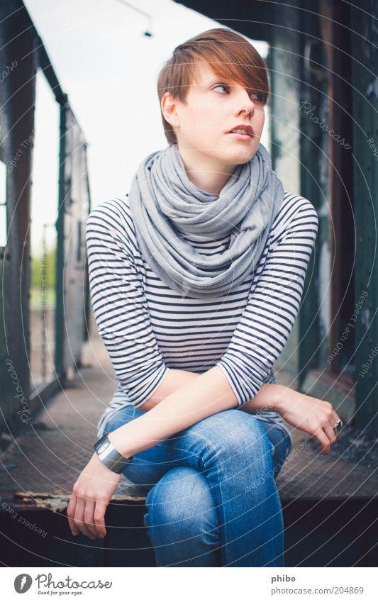 7 feminin Junge Frau Jugendliche 1 Mensch 18-30 Jahre Erwachsene Eisenbahn T-Shirt Jeanshose Ring Tuch Armreif brünett kurzhaarig Pony sitzen schön blau grau