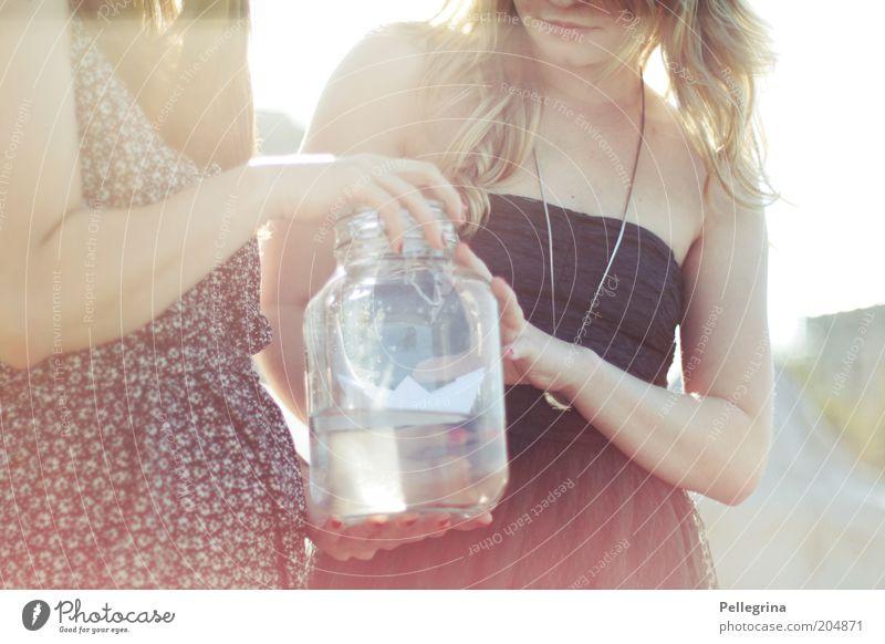Ahoi Mensch feminin Junge Frau Jugendliche Freundschaft Haut Arme 2 18-30 Jahre Erwachsene Wärme weich Stimmung Farbfoto Außenaufnahme Tag Licht