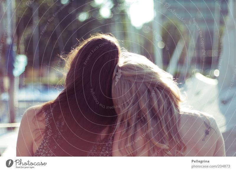 -+-=+ Mensch Jugendliche feminin Gefühle Kopf Paar Freundschaft blond Erwachsene Frau brünett langhaarig anlehnen Zuneigung Junge Frau tätowiert