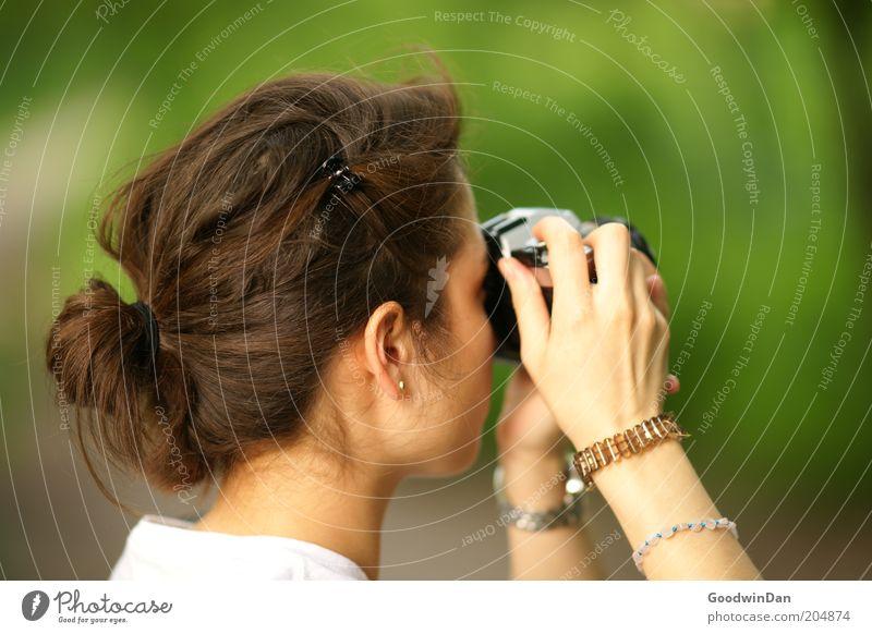 Suchend IV Mensch feminin Junge Frau Jugendliche Kopf Umwelt Natur Wetter Schönes Wetter Park wählen beobachten entdecken festhalten genießen Blick authentisch
