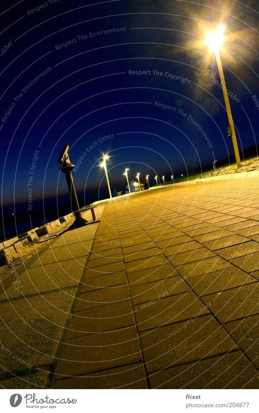 Von Gold zu Blau Küste Deutschland Europa Nachthimmel Schönes Wetter Straßenbeleuchtung Promenade Nachtaufnahme Laternenpfahl Wege & Pfade Wolkenloser Himmel Norderney Nachtlicht Nachtstimmung