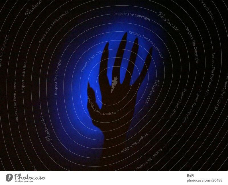 Schatten an der Wand Mann Hand blau dunkel