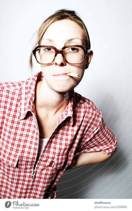 Hasse ma ne Kibbe? Frau Mensch Jugendliche schön feminin blond Erwachsene Lifestyle Coolness retro Brille stehen Rauchen Zigarette Hemd Tradition
