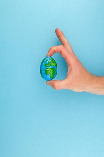 #AS# The Whole Egg In His... Kunst ästhetisch Ei Eierschale Hand festhalten haltend Globus Erde Weltkulturerbe Weltkarte Weltreise weltweit weltoffen