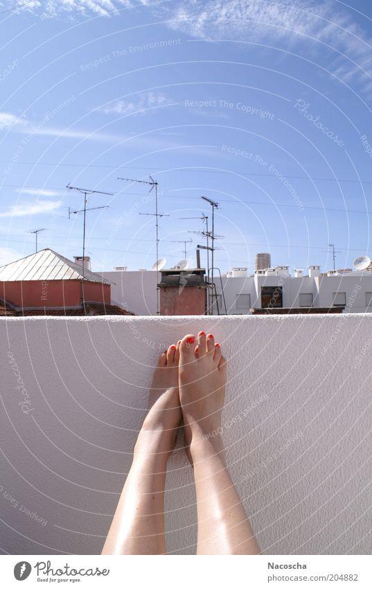 Portugiesische Aussicht Mensch feminin Frau Erwachsene Leben Beine Fuß 1 Schönes Wetter Wärme Nagellack Erholung sitzen träumen hell blau rot weiß Gelassenheit