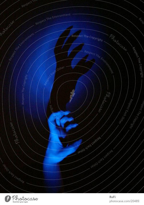 Schattenspiel Mann Hand blau Krallen