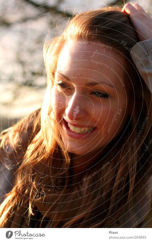 Wende dein Gesicht der Sonne zu... Mensch Jugendliche Freude feminin lachen Fröhlichkeit authentisch Lebensfreude natürlich brünett Lächeln Porträt langhaarig