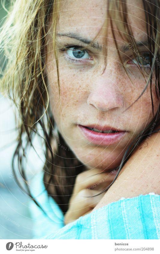 wet hair Frau Mensch nass Porträt Blick in die Kamera Handtuch Sommer Außenaufnahme Sommersprossen Jugendliche Gesicht Junge Frau 18-30 Jahre Model Ausstrahlung