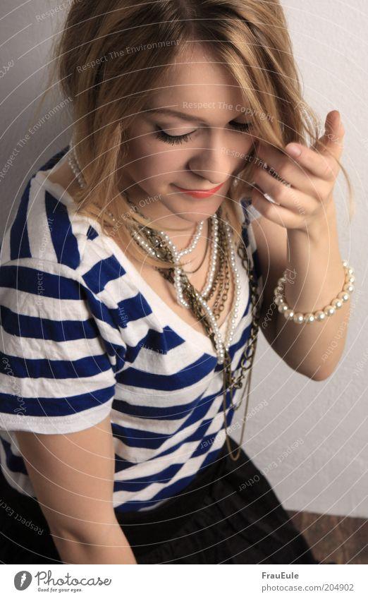 lenchen Mensch Jugendliche Hand schön Erwachsene feminin Mode blond elegant T-Shirt 18-30 Jahre Junge Frau langhaarig gestreift Halskette Schüchternheit