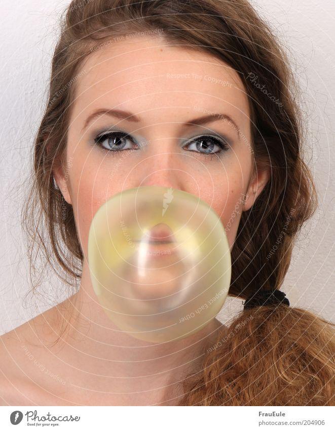 kaugummiblase feminin Junge Frau Jugendliche Gesicht 1 Mensch 18-30 Jahre Erwachsene brünett Locken Zopf lustig Farbfoto Studioaufnahme Blitzlichtaufnahme