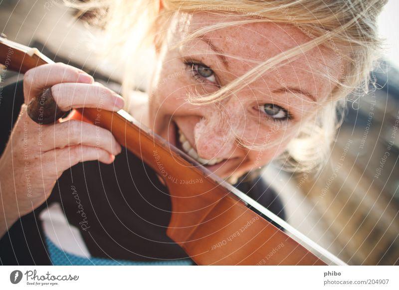 8 Lifestyle Freizeit & Hobby Musik feminin Junge Frau Jugendliche Gesicht 18-30 Jahre Erwachsene blond Ukulele Lächeln frech Fröhlichkeit hell schön lustig gelb