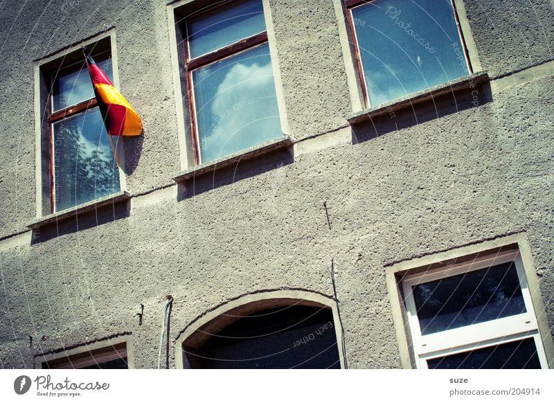 Schland Sport Erfolg Haus Mauer Wand Fassade Fenster Fahne hängen alt Freude Vorfreude Begeisterung Euphorie Treue Nostalgie Stimmung Stolz Vergänglichkeit