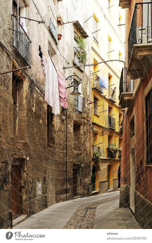 Gassengeflüster Sardinien Hauptstadt Altstadt Haus Architektur Fassade Balkon Fenster hängen alt dunkel historisch Romantik bescheiden Platzangst Gelassenheit