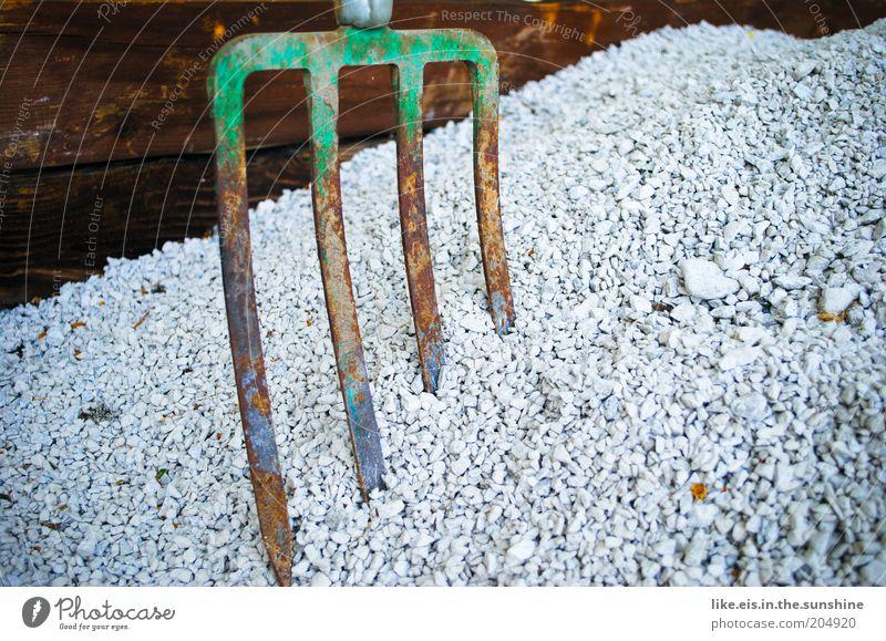 So ein ...Kies! Hausbau Renovieren Landschaftspflege Handwerk Baustelle Werkzeug Forke Stein Holz Metall bauen Rost alt Kieselsteine Gartenarbeit grün weiß