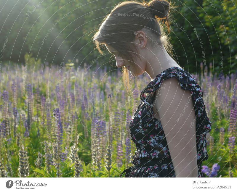 Sonne macht Glücklich Mensch feminin Jugendliche 1 Natur Sonnenlicht Sommer Schönes Wetter Blume Wildpflanze Wiese Kleid Haare & Frisuren brünett Pony Blühend