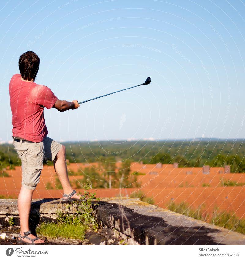 Golfen über den Dächern II Jugendliche Sommer Sport Zufriedenheit maskulin Erfolg Horizont Aussicht Fabrik Dach Freizeit & Hobby Ruine sportlich Schönes Wetter