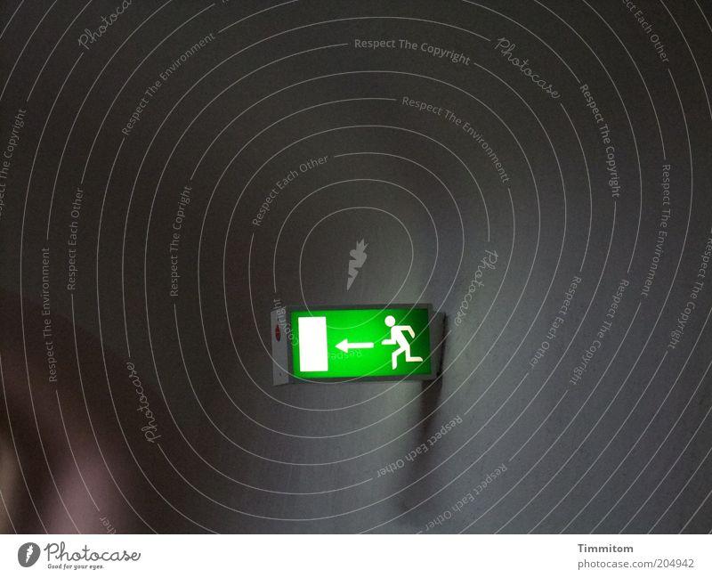 Jetzt aber ...! grün Wand Gefühle Mauer Beleuchtung Angst gehen laufen Schilder & Markierungen rennen Sicherheit Hinweisschild Schutz Zeichen Pfeil Tunnel