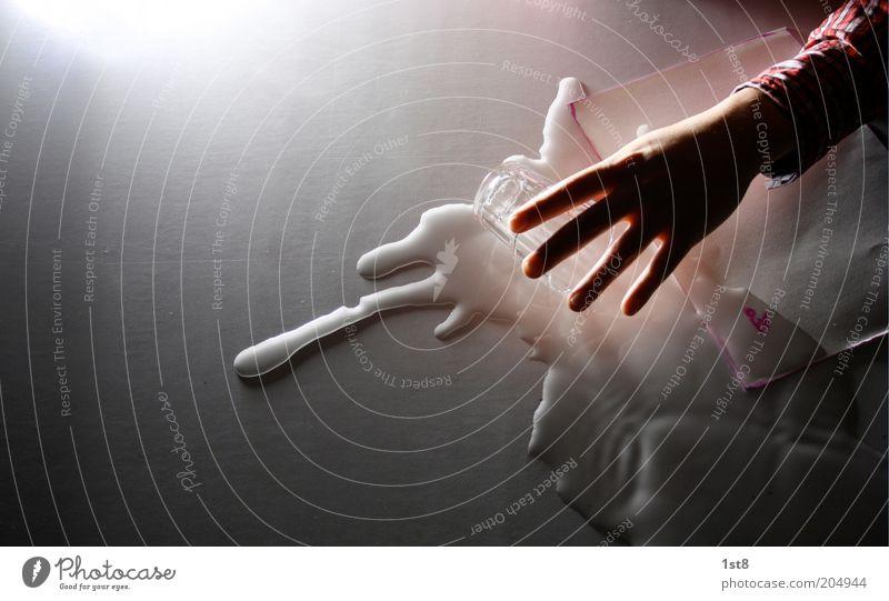 das missgeschick Hand Wasser Bewegung nass Finger Papier Flüssigkeit Schriftstück Desaster gießen Schatten umfallen Schriftsteller Silhouette Textfreiraum links