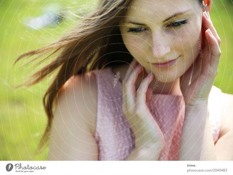 Maike feminin Frau Erwachsene 1 Mensch Frühling Schönes Wetter Park Wiese Kleid brünett langhaarig beobachten Erholung festhalten Blick träumen Freundlichkeit