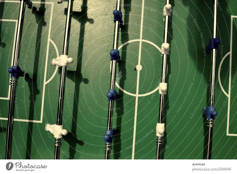 Schattenspiel Sport Ballsport Sportmannschaft Torwart Tischfußball Farbfoto Gedeckte Farben Außenaufnahme Nahaufnahme Luftaufnahme Tag Sonnenlicht
