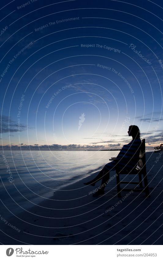 ZUM GREIFEN NAH UND DOCH SO FERN Erholung ruhig Meditation Ferien & Urlaub & Reisen Strand Meer Stuhl Frau Erwachsene Himmel Nachthimmel genießen sitzen blau