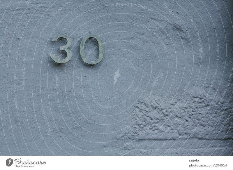 30 (FR 6/10) Mauer Wand Ziffern & Zahlen blau Putz Putzfassade Oberfläche Farbfoto Gedeckte Farben Außenaufnahme Textfreiraum rechts Textfreiraum unten