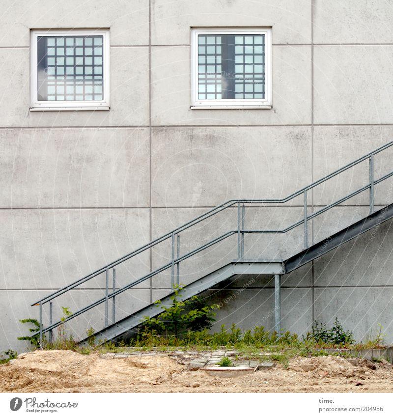 [H10.1] - verhalten optimistisch Sand Architektur Mauer Wand Treppe Fenster Beton Stahl kaputt Eisen aufwärts Geländer Treppengeländer parallel diagonal Höhe